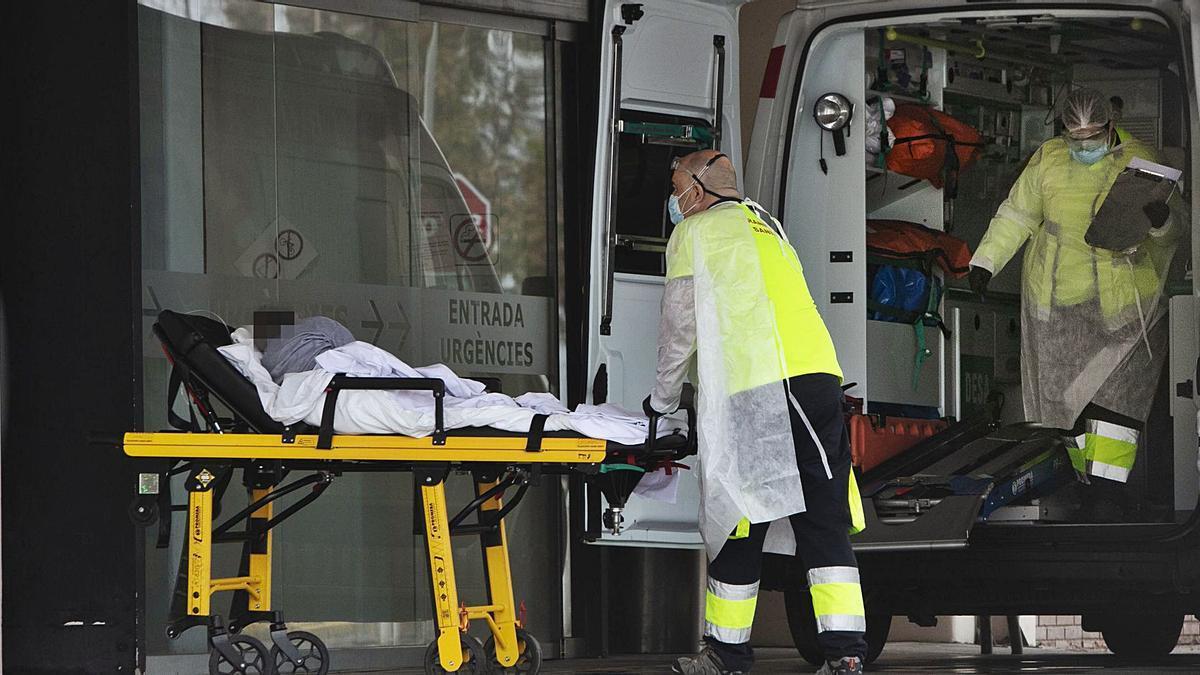 Entrada de Urgencias del Hospital de Sagunt durante un ingreso que tuvo lugar ayer. | DANIEL TORTAJADA