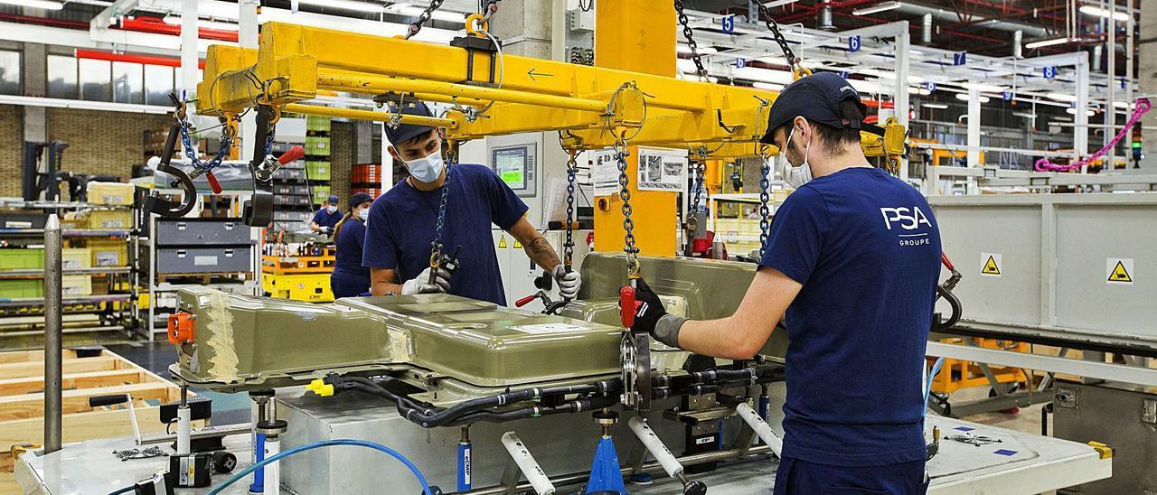 Empleados en el taller de baterías de la factoría de PSA en Vigo.   | // CARLOS PRIETO