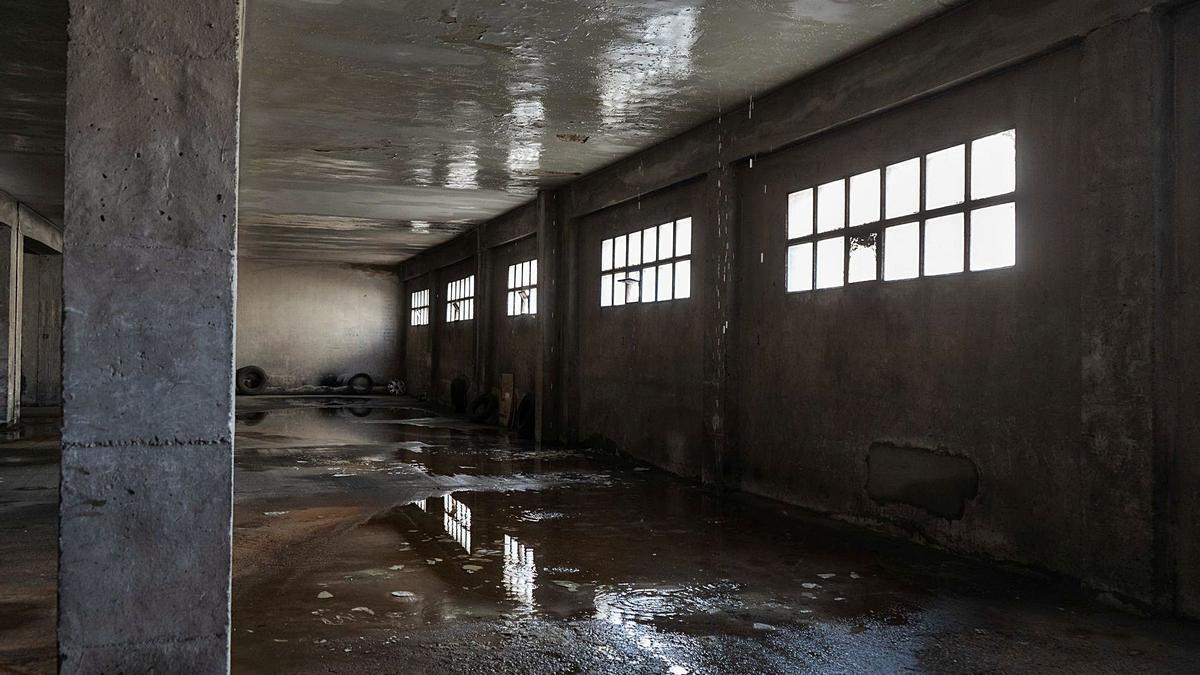 Uno de los garajes más afectados de Campo de Marte en el que aún se ven las tremendas goteras causadas en el techo.