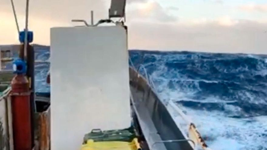 La dureza del temporal desde un buque gallego en Irlanda
