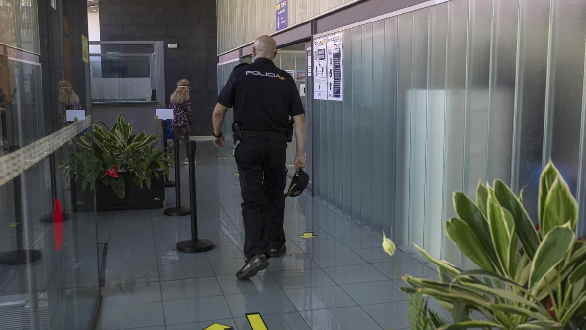 Un policía en el interior de la Comisaría de Zamora