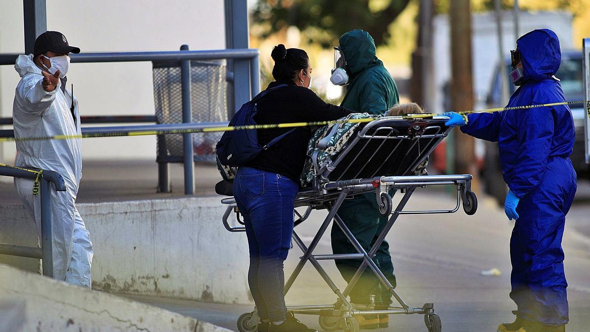 Paramédicos trasladan a una persona infectada de Covid-19 en el estado de Chihuahua (México).