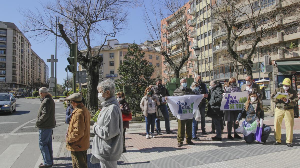 Ciudadanos defendiendo que no se derribe la Cruz de los Caídos.