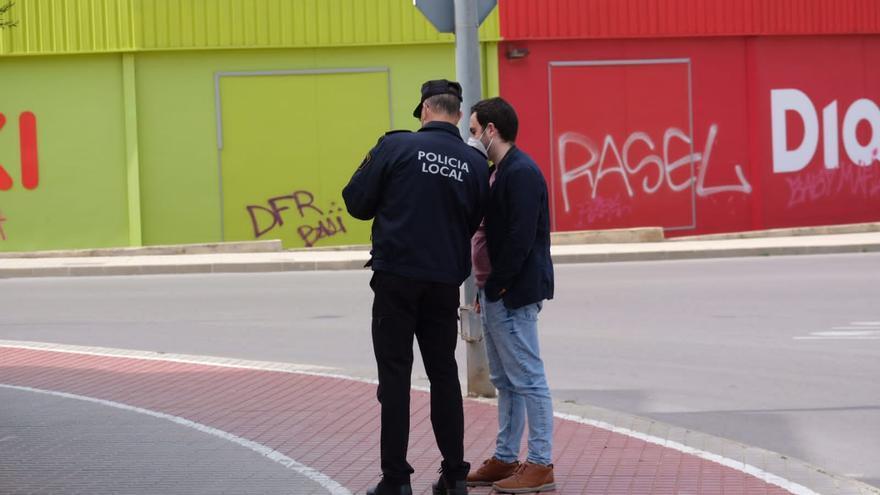 La Policía Nacional detiene a cinco grafiteros realizando pintadas en Petrer