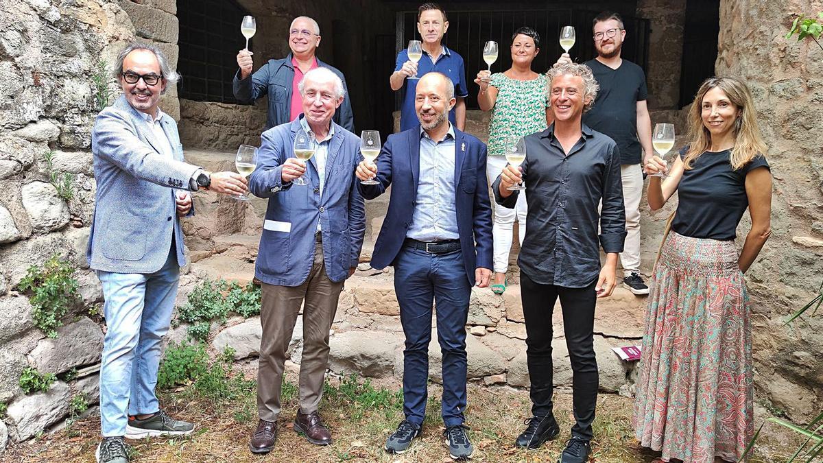 Representants del gremi vinícola, l'Ajuntament de Manresa i la restauració i el sector del vi bagenc, ahir a la Casa de la Culla | CARLES BLAYA