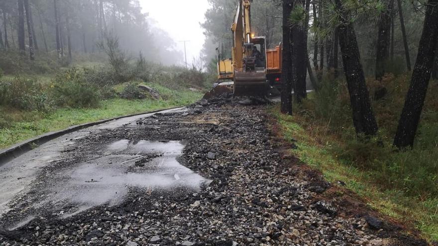 Mejoran caminos rurales en San Vicente y San Martiño