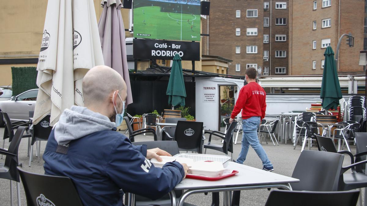 Pantalla gigante en la terraza compartida con el café-bar Rodrigo.