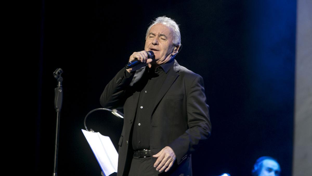 Víctor Manuel durante una actuación