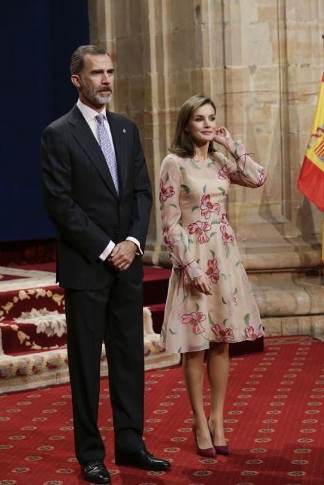 """El Rey Felipe VI impone las insignias a los galardonados con los premios """"Princesa de Asturias"""" 2017"""