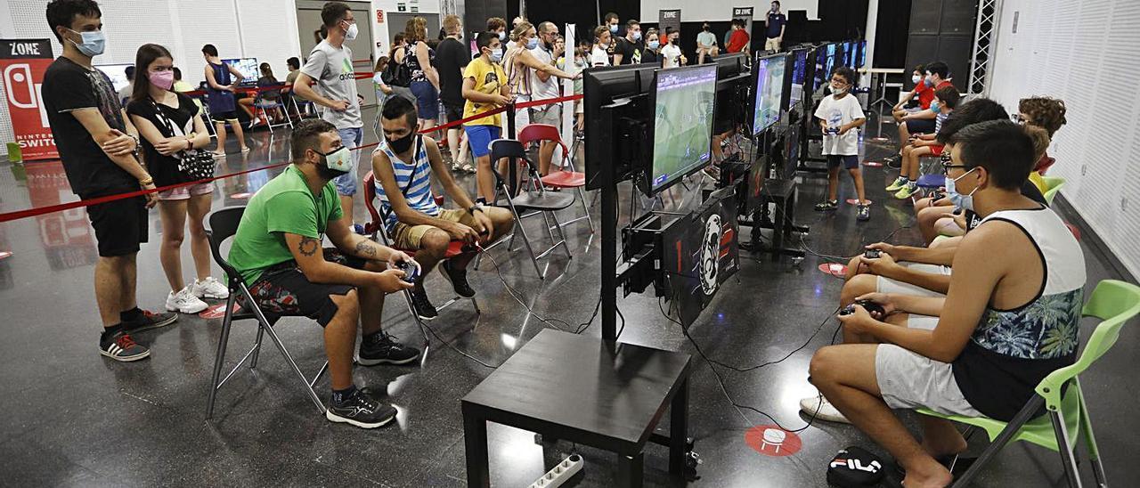 Jóvenes disfrutando del espacio gamer en el Casal Jove.   DANI TORTAJADA