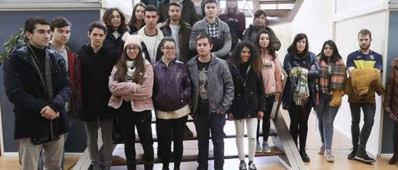 Los alumnos de FP, durante la visita de ayer a La Curtidora.