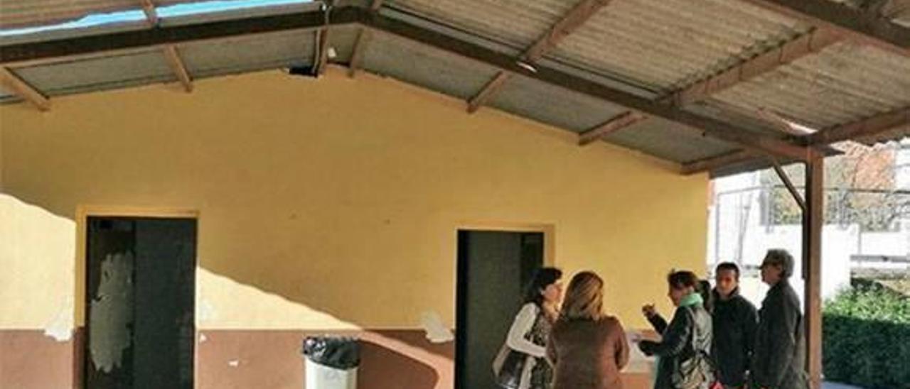 Corbera adjudica la retirada del fibrocemento para  evitar riesgos en la escuela