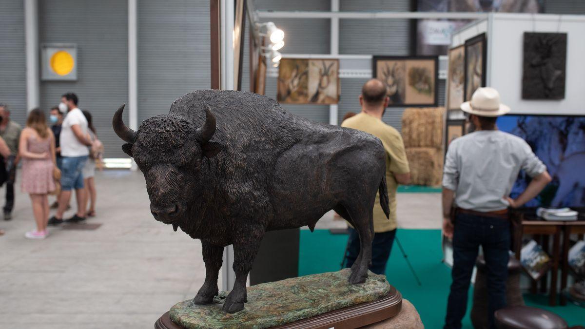 Juan Luis Morales con un faisán creado por encargo de Juan Carlos I.