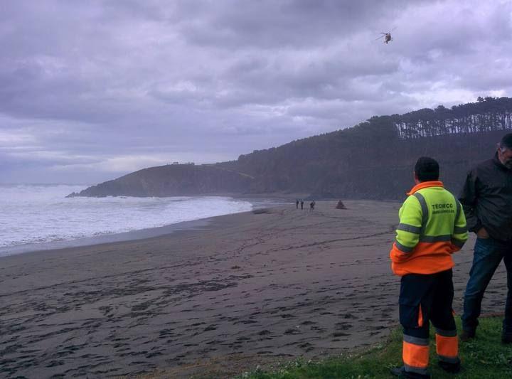 Buscan a un menor de 20 meses arrastrada por el mar en Navia