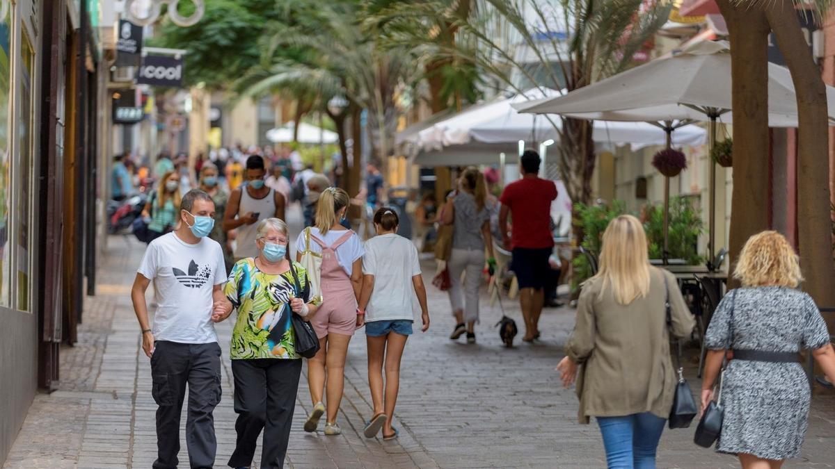 Gente con mascarilla paseando por la calle Teobaldo Power, en Santa Cruz de Tenerife.