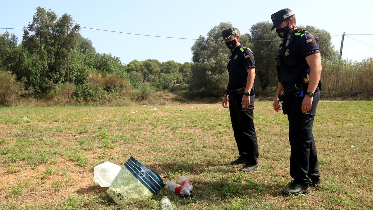 Dos agents de la Policia Local de Palafrugell al paratge Boet, on es va interrompre un botellot la matinada del 14 d'agost del 2021