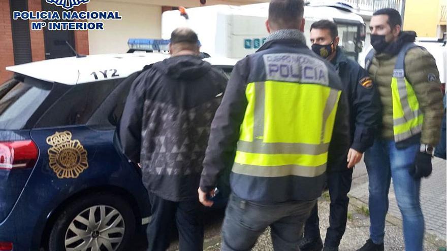 Cop policial a tres bandes que creaven parelles de fet per regularitzar estrangers