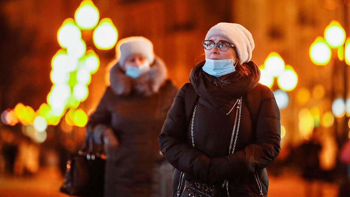 Dues dones caminen pels carrers de Moscou.