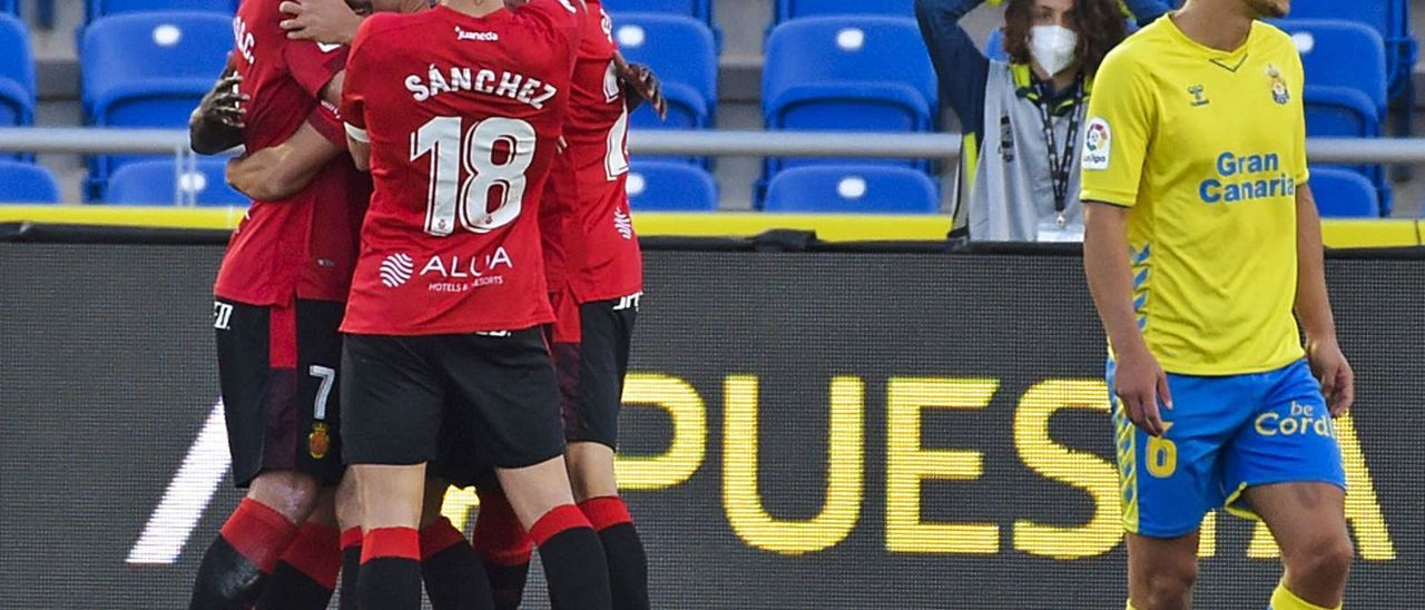Varios jugadores del Mallorca se abrazan a Dani Rodríguez, autor de la asistencia del tanto de Amath, mientras Curbelo -6- se lamenta. | | ANDRÉS CRUZ