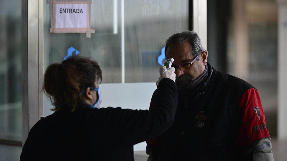 Una toma de temperatura en el hospital Santa Lucía de Cartagena.