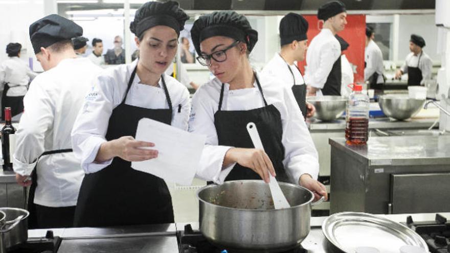 Dos estudiantes canarias de cocina, en las semifinales del concurso GM Chef 2019