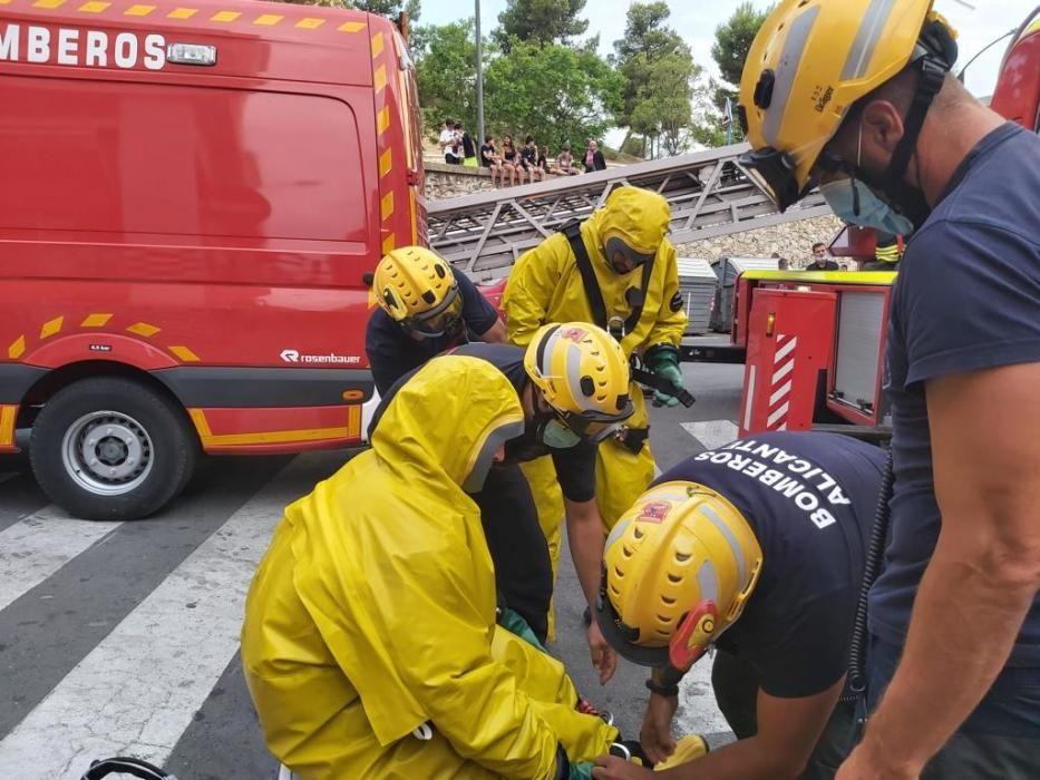 Los bomberos se preparan para acceder a la vivienda en la que se encuentran los cadáveres