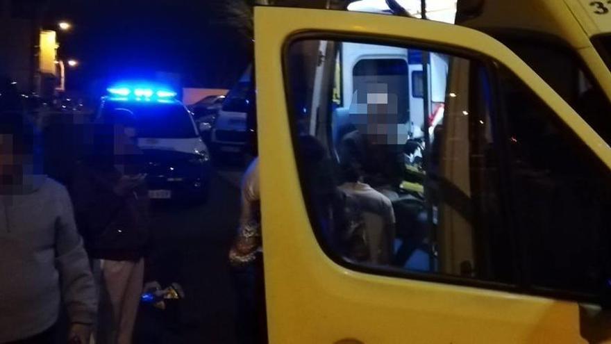 Dos jóvenes resultan heridos al caer de una barandilla en Los Giles