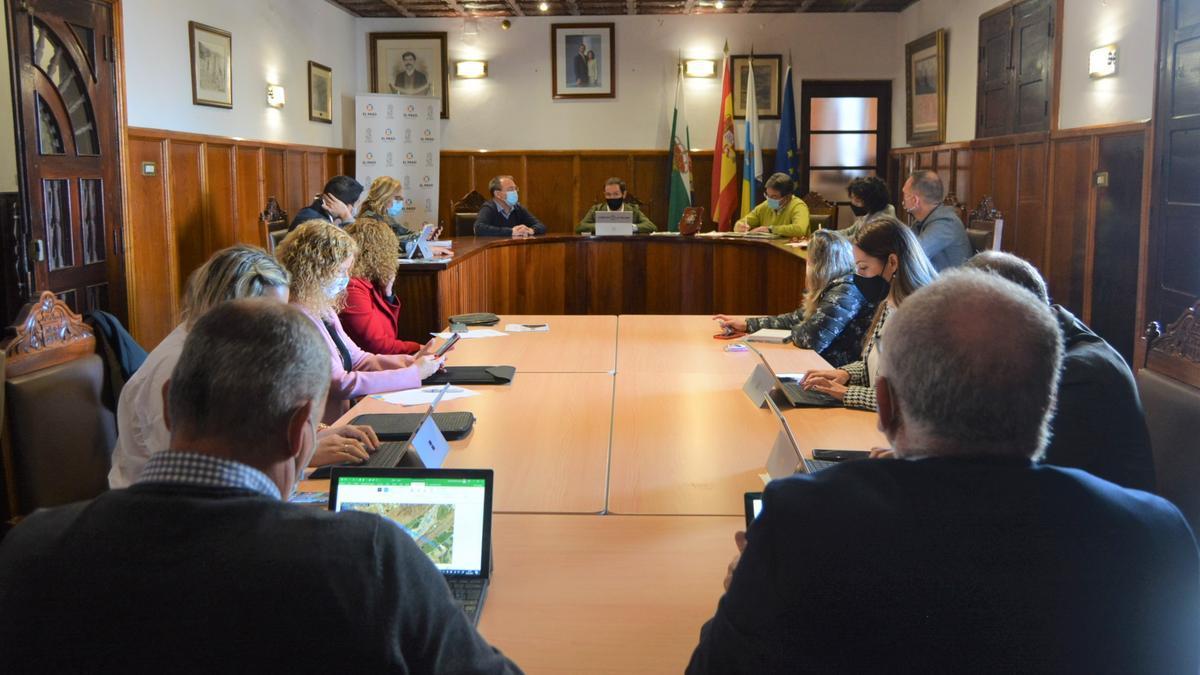 Un momento de la reunión entre responsables del Cabildo y municipales en el Ayuntamiento de El Paso