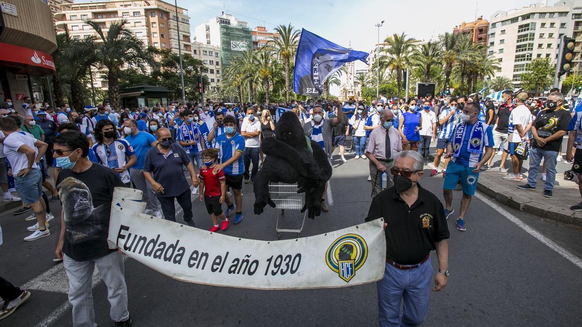 La afición del Hércules protesta por la mala situación del club