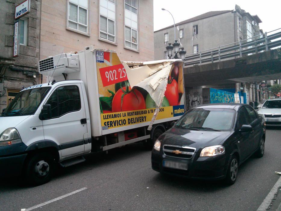 Un bus de Burgos se suma al listado de vehículos que desde hace años se quedan atrapados en el viaducto que enlaza la AP-9 con Lepanto debido a su gálibo, de solo 2,5 metros.