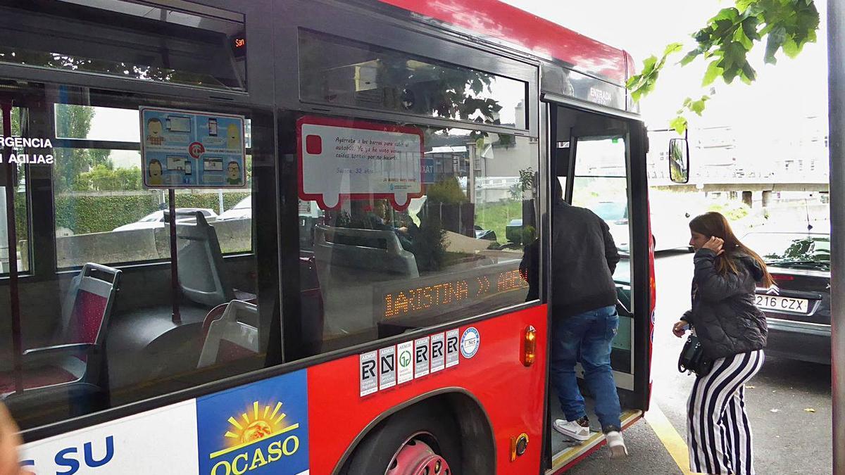 El autobús 1-A, en Santa Cristina durante la ruta hasta ese lugar que realiza en verano.   | // I. R.