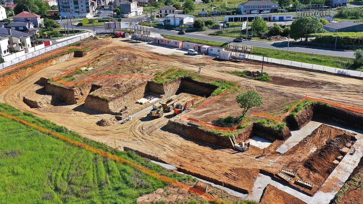 Aspecto actual de las obras en la  parcela del Alto de Vales, tras los  movimientos de tierra y las primeras  cimentaciones.     // CEDIDA