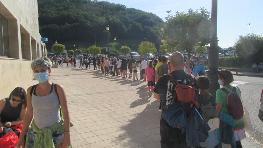 Grandes colas en la terminal de autobuses de Cangas de Onís para subir a los Lagos de Covadonga
