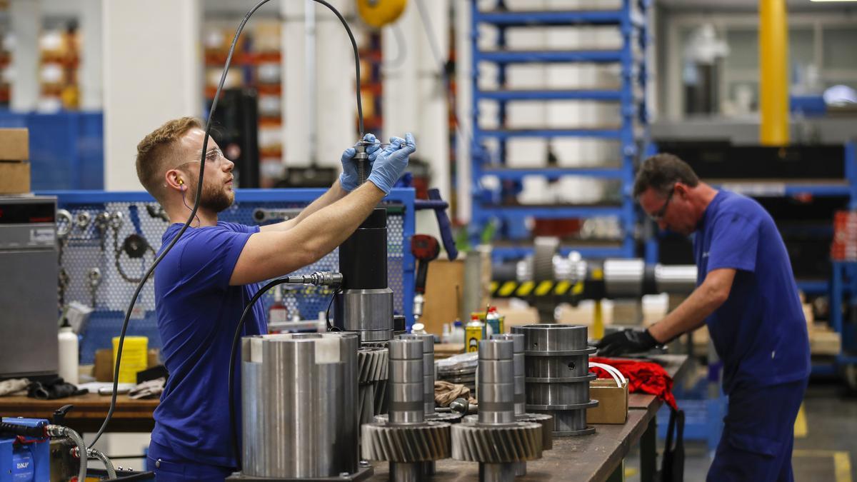 Dos trabajadores en una cadena de montaje.