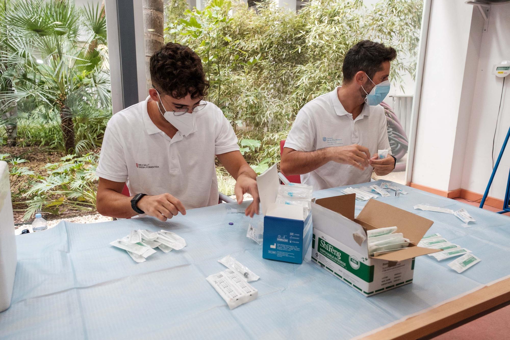 Los usuarios de residencias de Ibiza reciben la tercera dosis de la vacuna contra el covid