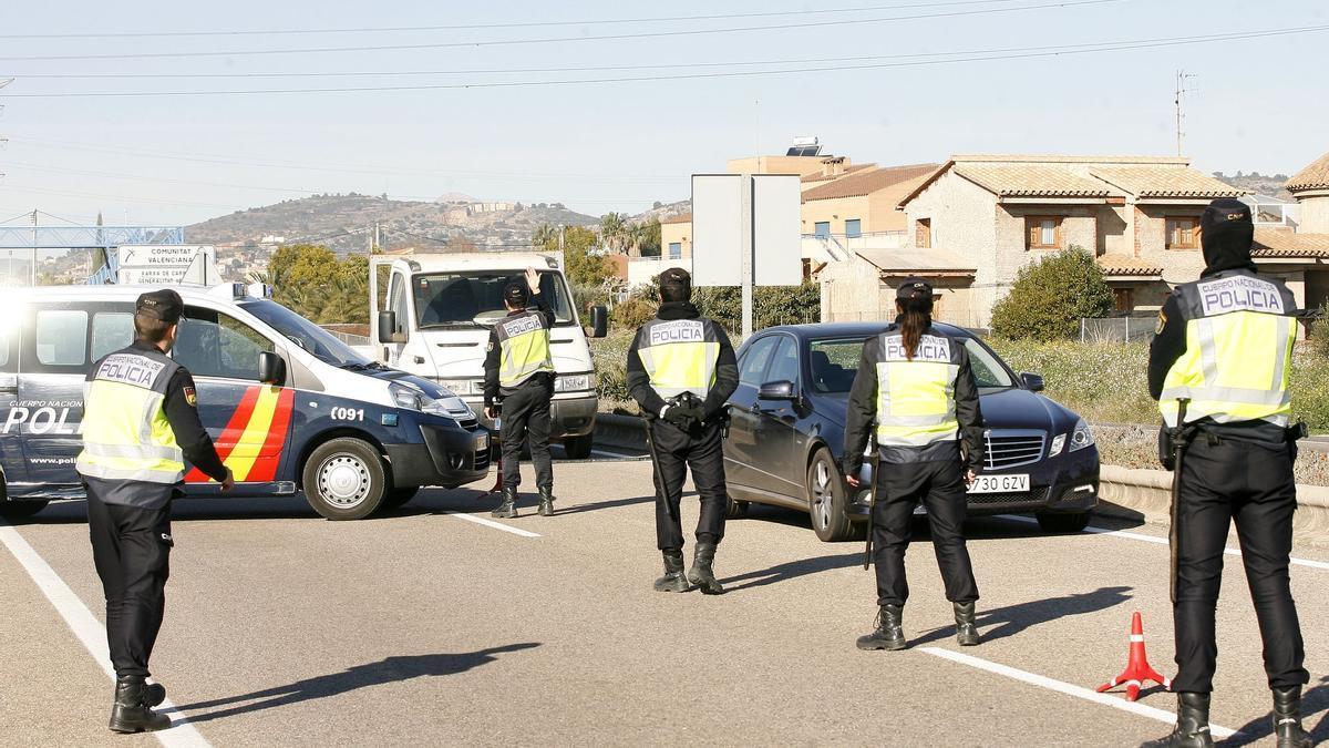 Policías nacionales realizan un control en carretera en imagen de archivo