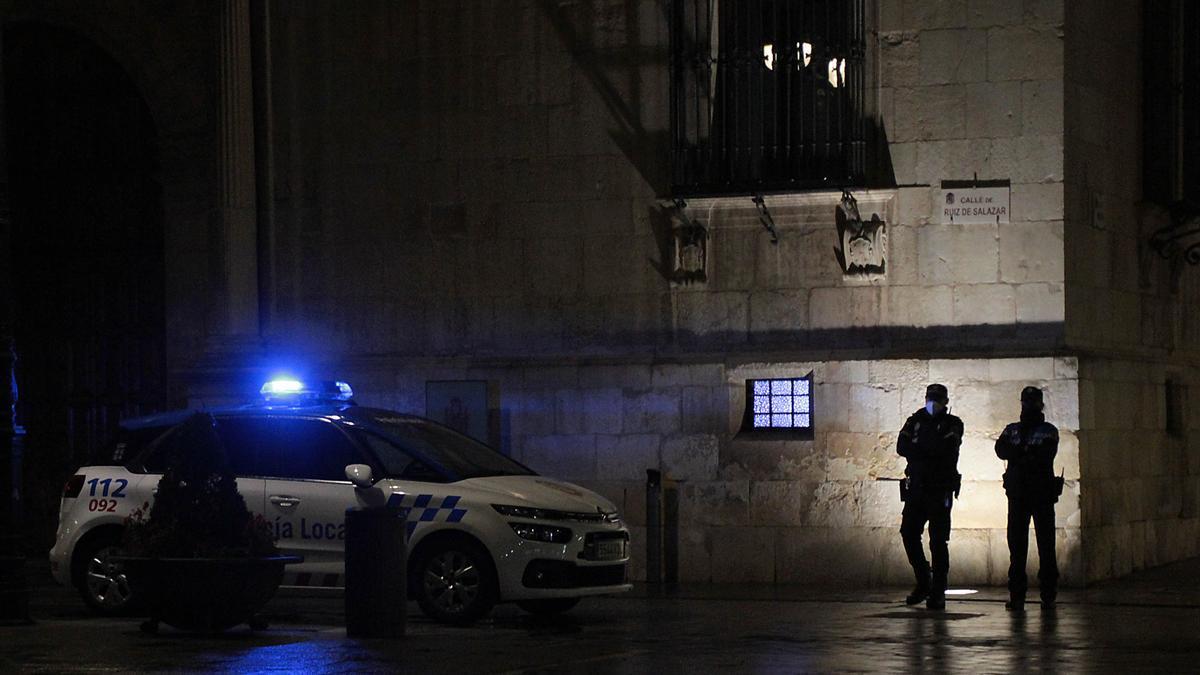 Dos agentes de la Policía Local de León.