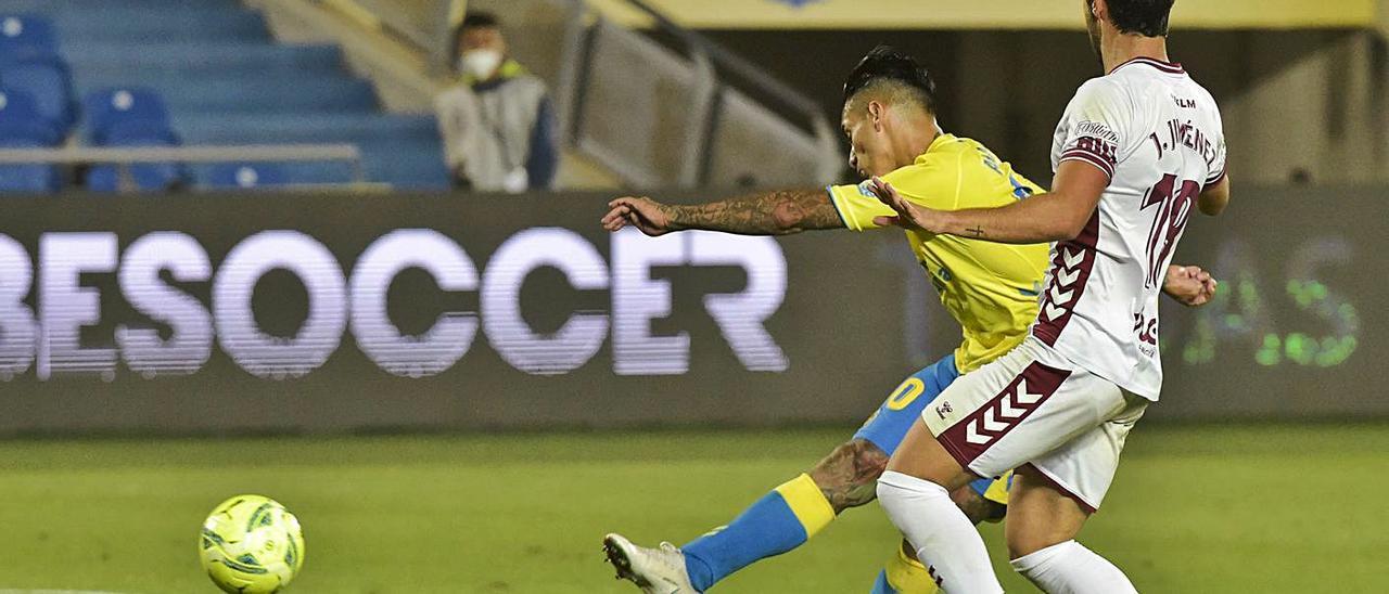Sergio Araujo dispara a puerta ante la oposición de un jugador del Albacete en la penúltima jornada de Liga.  