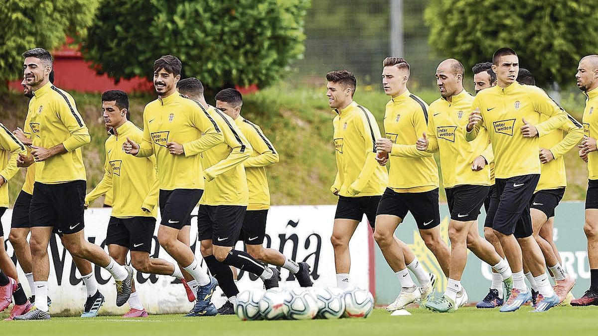 La plantilla del Sporting, en un momento del entrenamiento de ayer en Mareo.