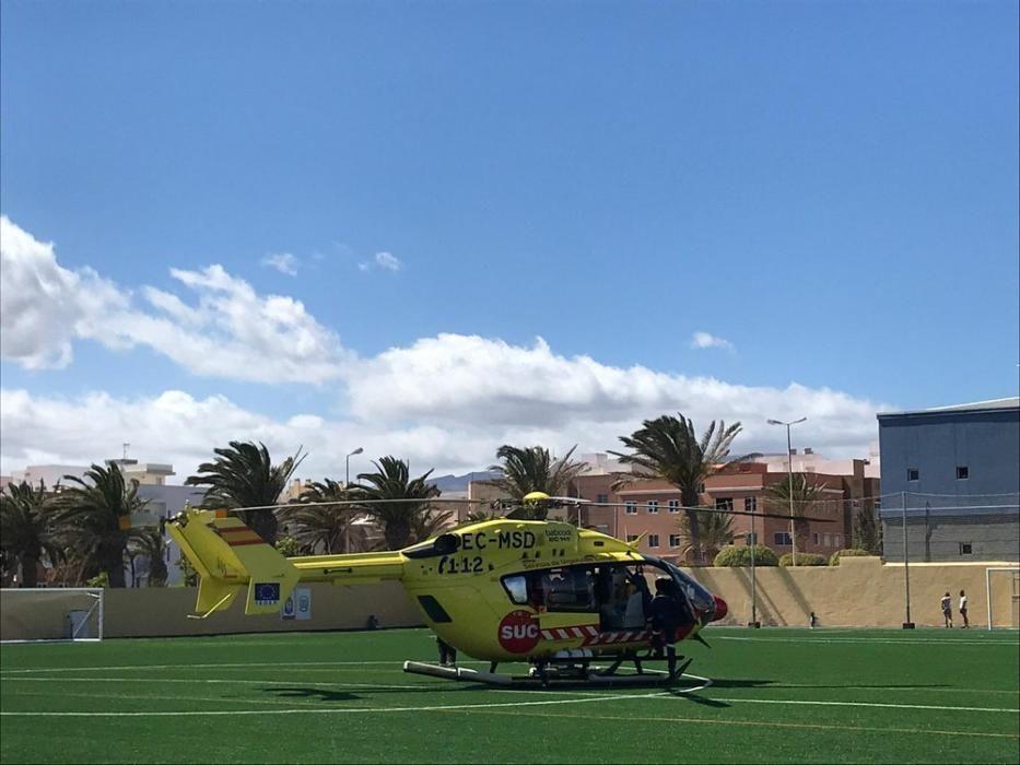 Traslado de un menor lesionado en el muelle de Arinaga