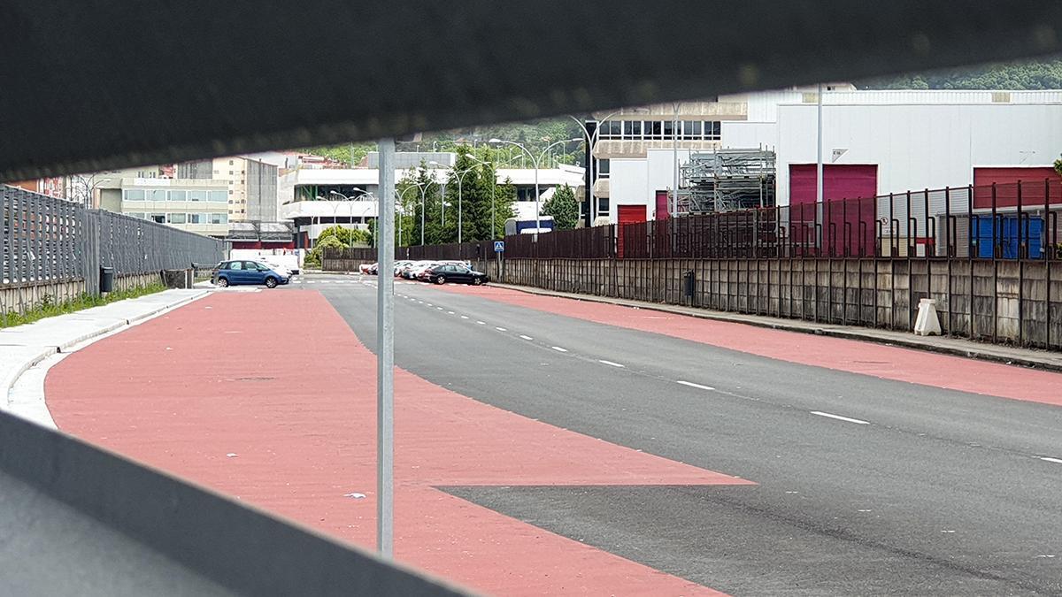 Exterior de la fábrica, con la mayoría de plazas de aparcamiento vacíos por el parón de la producción