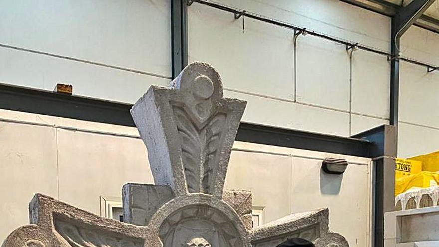 San Juan recupera un ángel y una cruz que el Seprona halló tirados en una finca en Piedramuelle