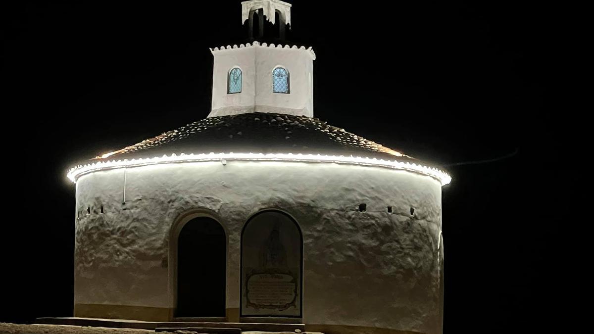 Iluminación en la ermita de Fátima en Alcuéscar.