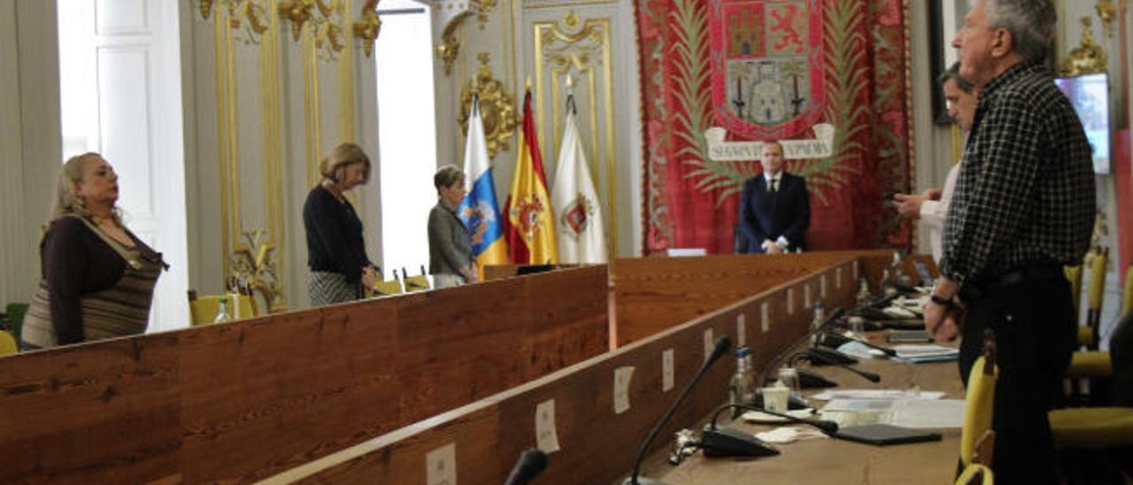 A la izquierda, la hasta ayer portavoz de Cs, Beatriz Correas, en el pleno junto al resto de portavoces durante el minuto de silencio por los fallecidos por el Covid.