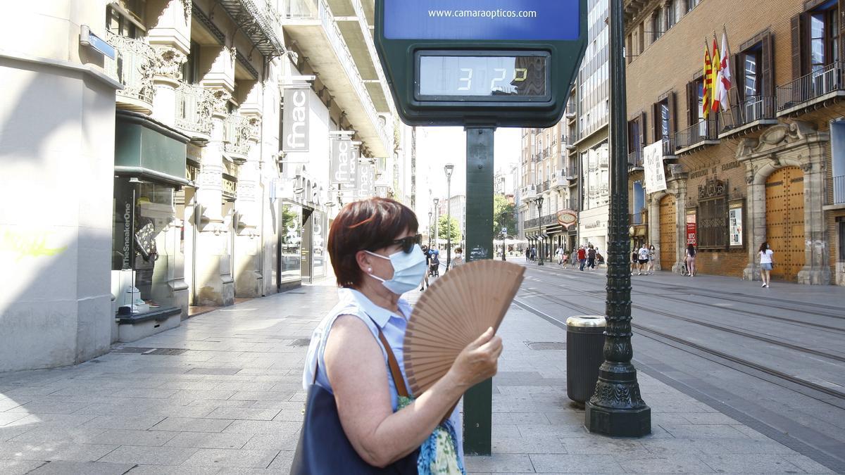 Una mujer se abanica la tarde del miércoles en el Coso de Zaragoza.