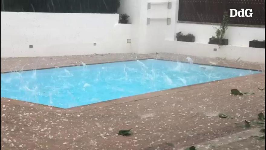 Una tempesta de pluja i pedra cau amb intensitat al Pla de l'Estany
