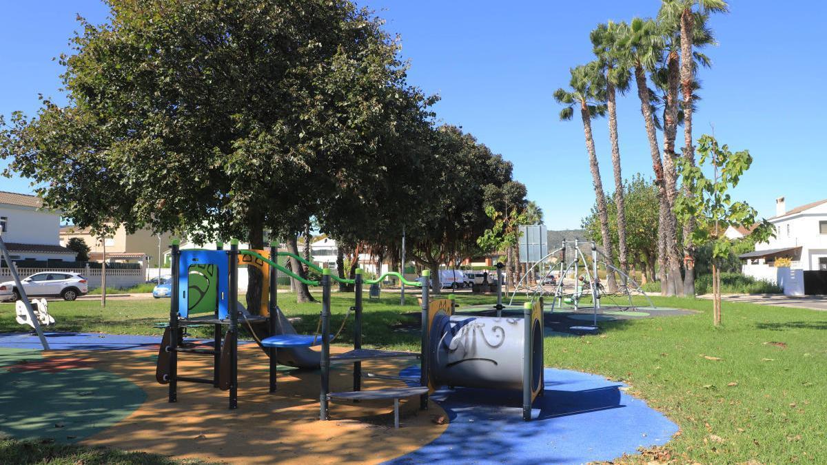Los menores podrán dar un paseo diario en vías o espacios de uso público manteniendo la distancia de seguridad.