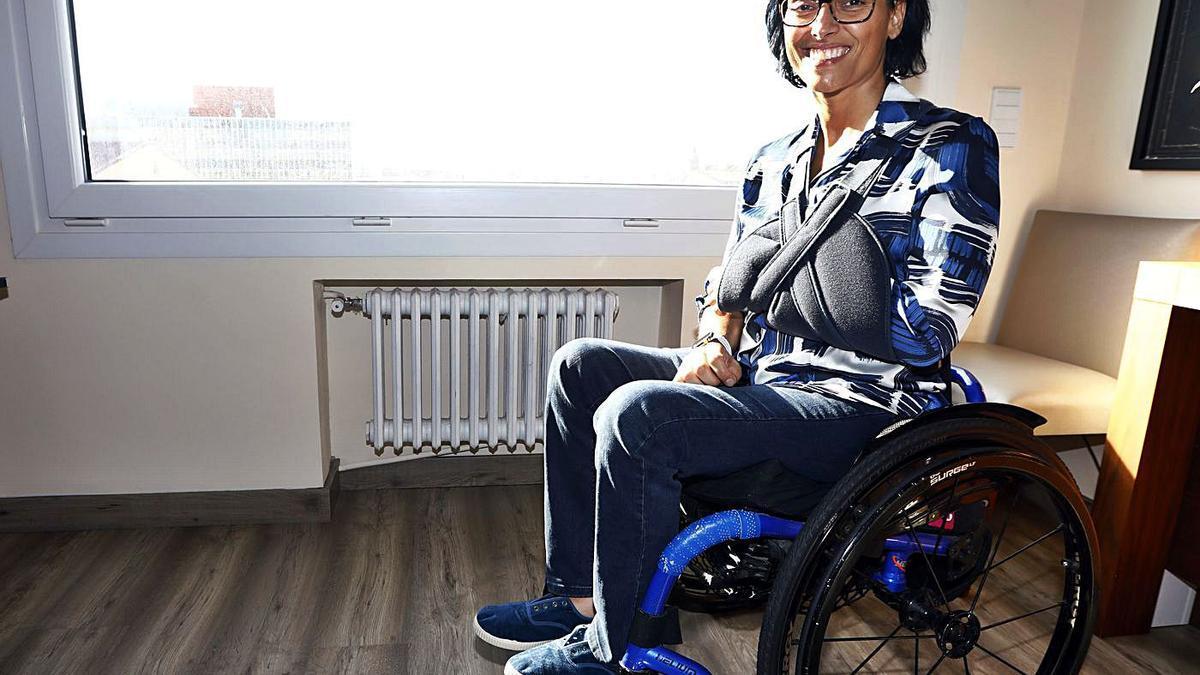 Teresa Perales posa, sonriente, en su casa de Zaragoza ayer por la tarde.