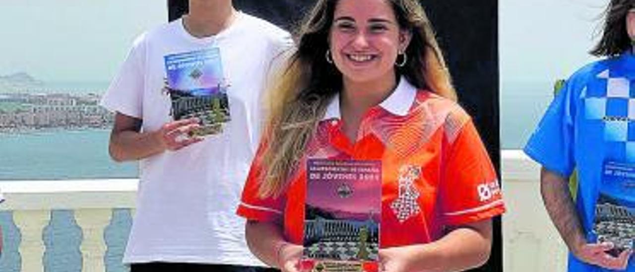 La mislatera Lucía Follana  con su trofeo. | A. M.
