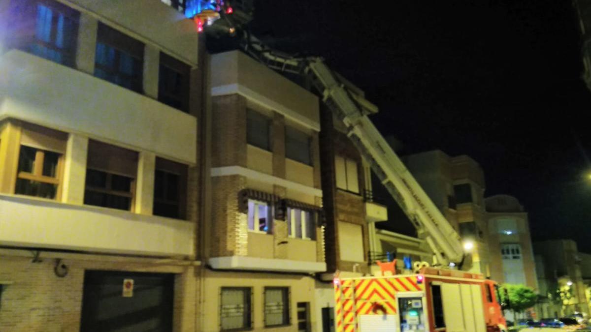 Los bomberos retiran un panal de grandes dimensiones de la fachada de una vivienda en Cieza